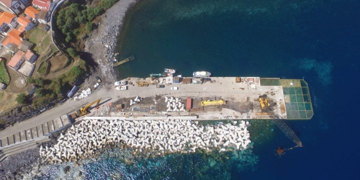 Empreitada de Construção do Prolongamento do Molhe Cais e Alargamento da Plataforma do Porto da Casa, Ilha do Corvo